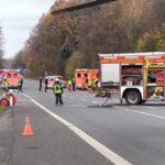 Rettungshubschrauber D-HOEM im Einsatz nach schwerem Verkehrsunfall in Sprockhövel mit Motorrad unter Beteiligung eines zivilen Polizeifahrzeugs